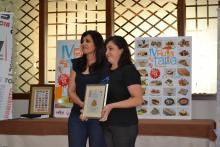 Mariana, nuestra querida cocinera, recogiendo el primer premio del jurado popular